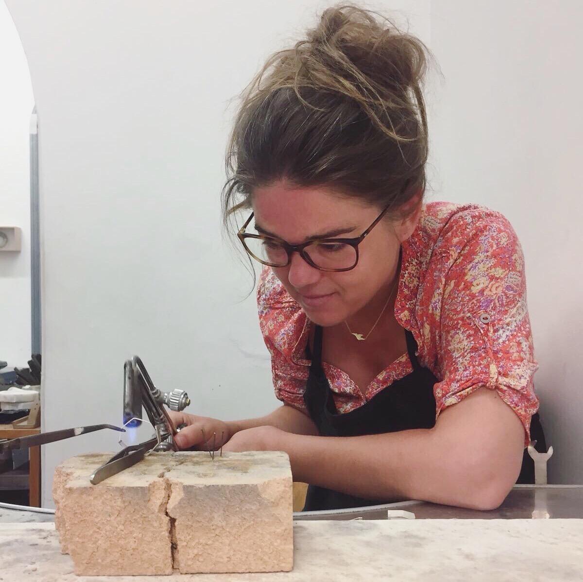 Le travail artisanal de précision de la créatrice de bijoux